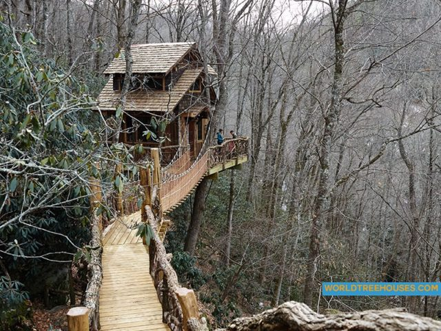 NC treehouse builder : Snowy bridge to Panthertown treehouse 2